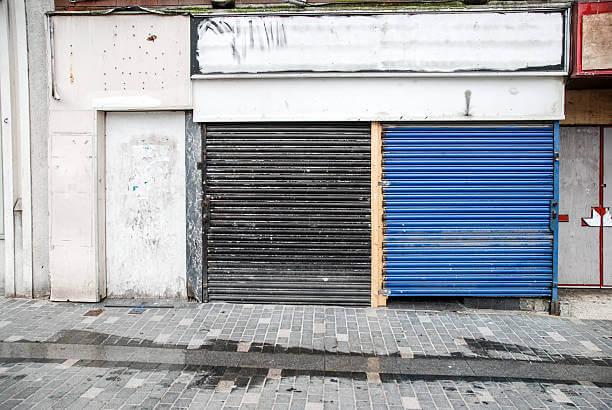 negozio chiuso con saracinesca abbassata